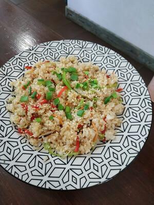Жареный рис с куриным мясом и овощами