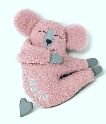 Personalisierte Baby Spieluhr zum Aufhängen Koala altrosa mit Namen und Wunschmelodie, aus Öko Teddy Plüsch, mit austauschbarer Spieluhr. Taufgeschenk