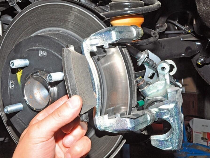 Замена задних тормозных колодок (дисковый тормоз)