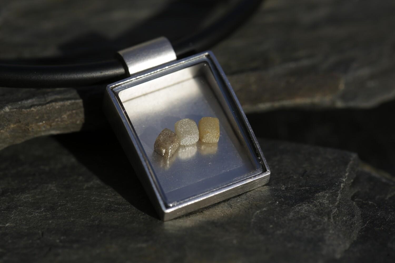 Anhänger in Silber mit beweglichen Rohdiamanten an einem Kautschukreif