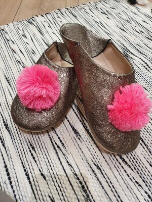 Babouches cuir pompons roses