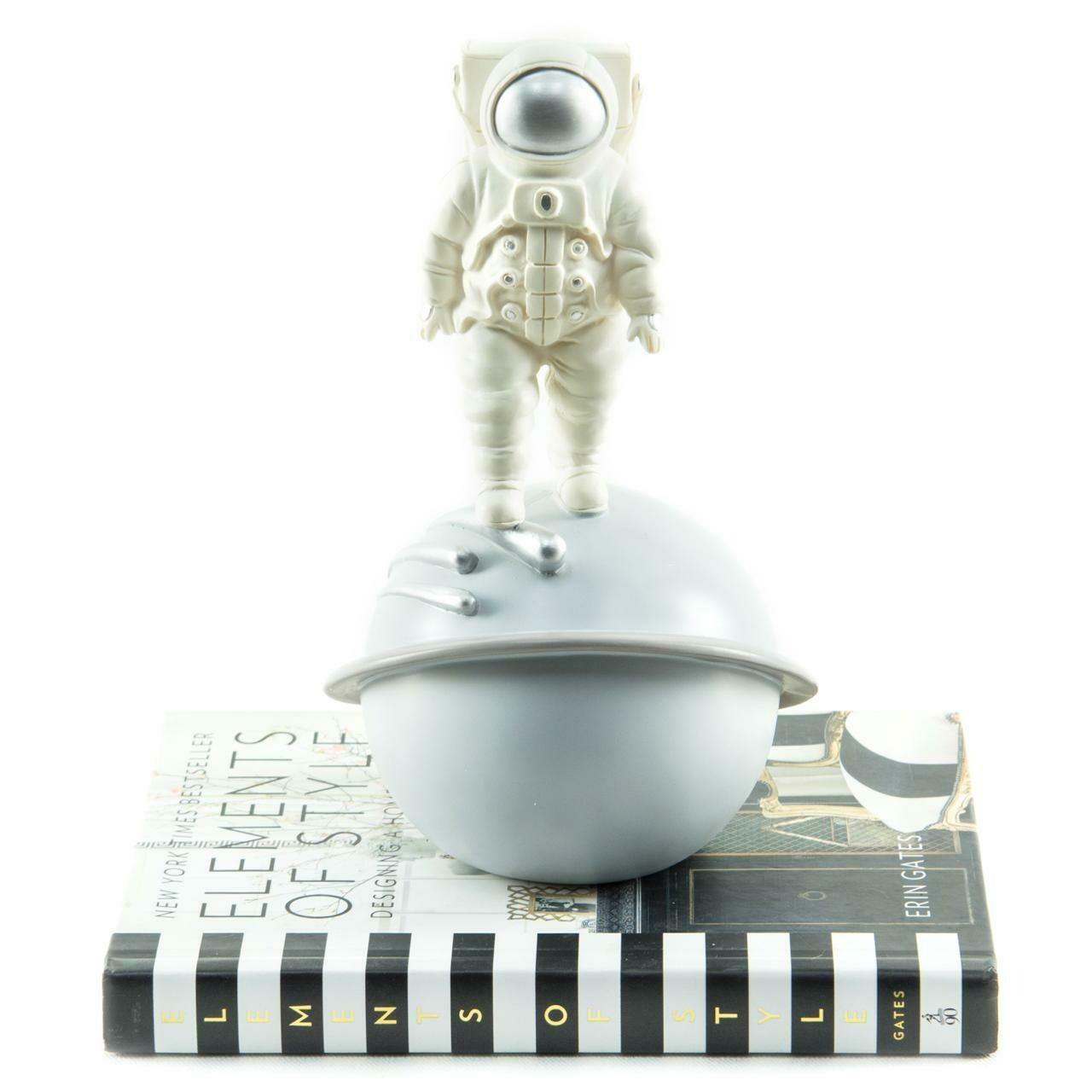 Astronauta Sobre Ovni - Cool Ornaments