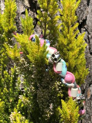 EM-Kette Flower Skully rosa/türkis  / EM-Keramikketten / EM-Keramik Halsband gegen Zecken