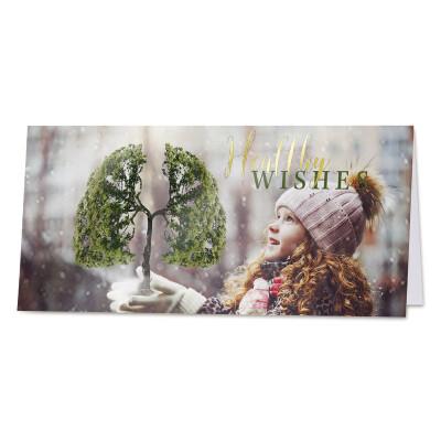 Kerstkaart meisje met boom in handen en goudfolie