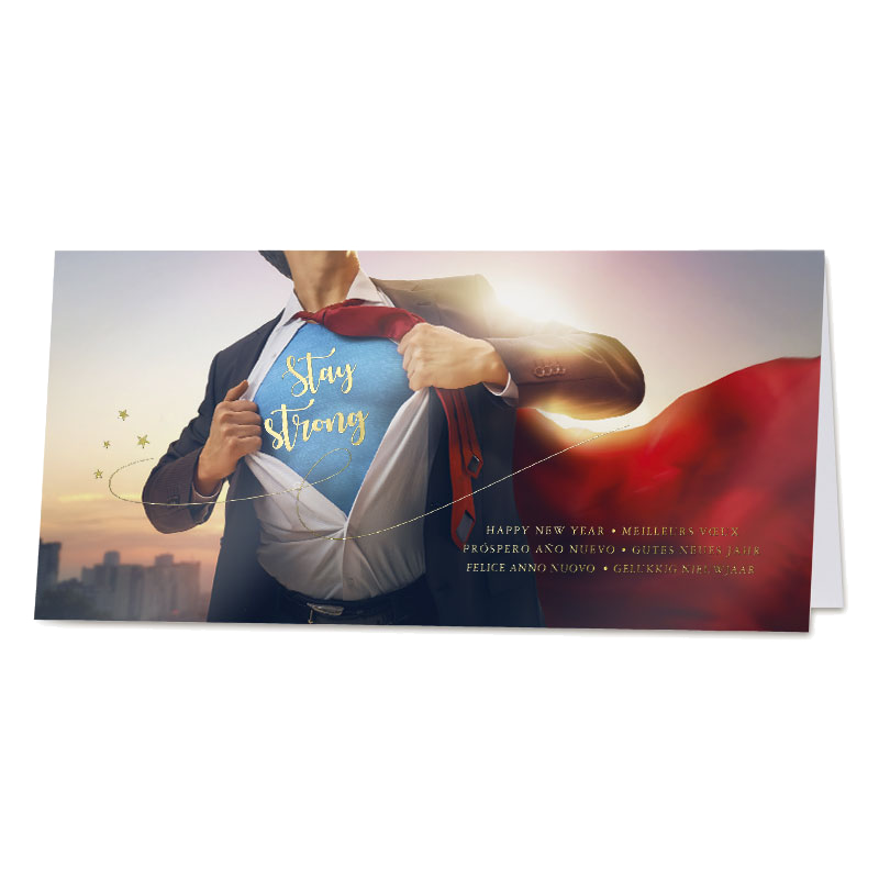 Eindejaarskaart met superman en internationale wensen in goudfolie