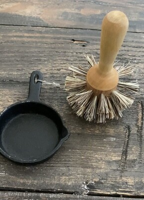 Iris Handle Pan Brush