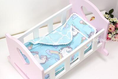 Кроватка бело-розовая для кукол до 34 см, с постелькой «Единорожки на голубом»