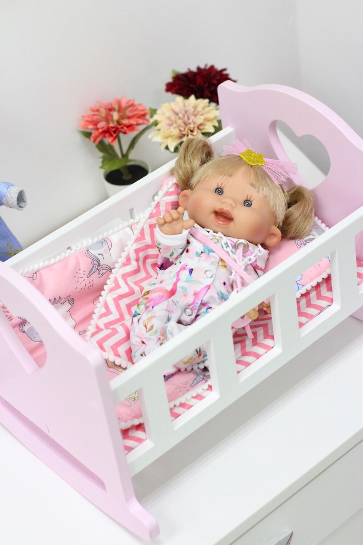 Кроватка бело-розовая для кукол до 34 см, с постелькой «Единорожки на розовом»