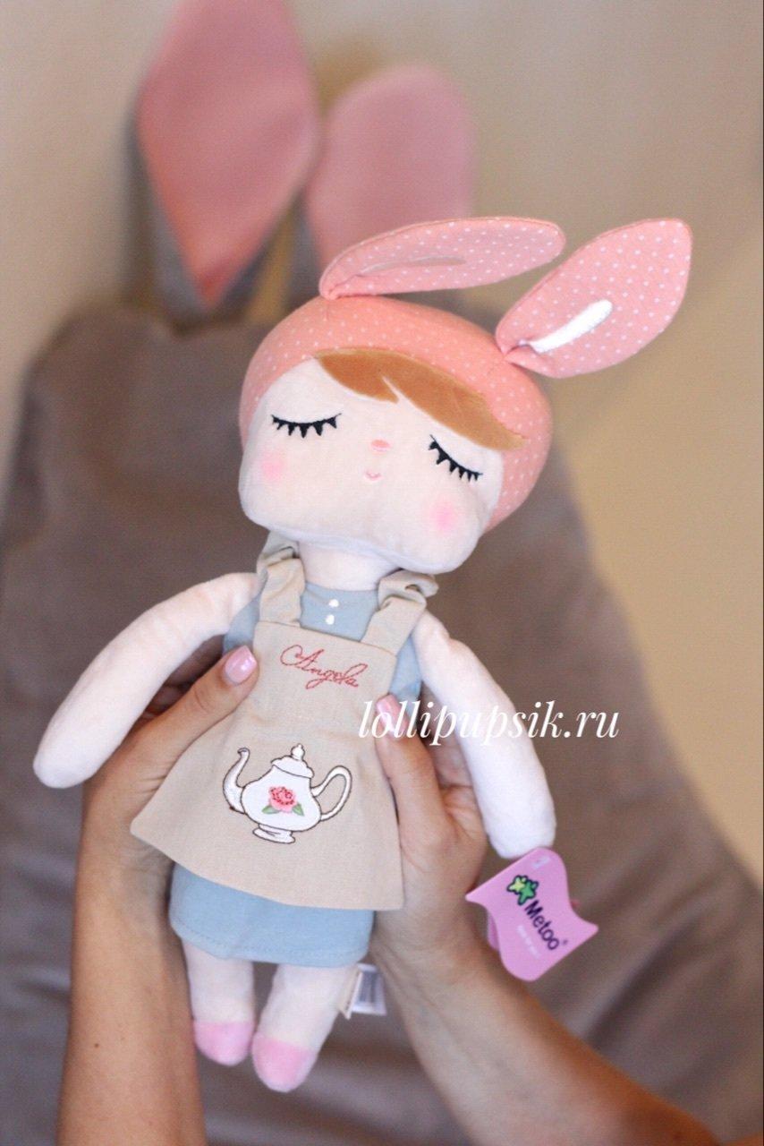 Мягкая игрушка Metoo Сплюшка Angela Retro в сарафане с чайником - 43 см