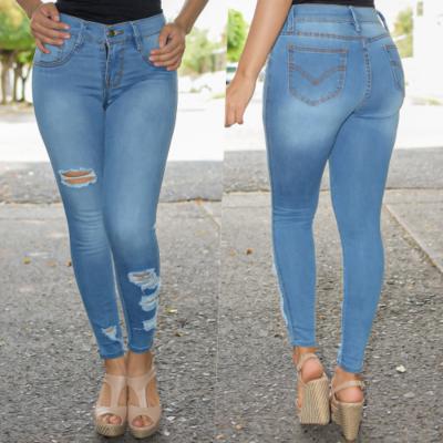 Pantalon mezclilla con destruccion azul claro