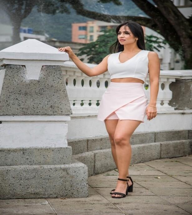 CONJUNTO FALDA SHORT PALO DE ROSA+BLUSA EN V BLANCA