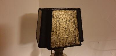 Lampe complète  avec abat-jour rigide carré à coins creux, skaï crocodile
