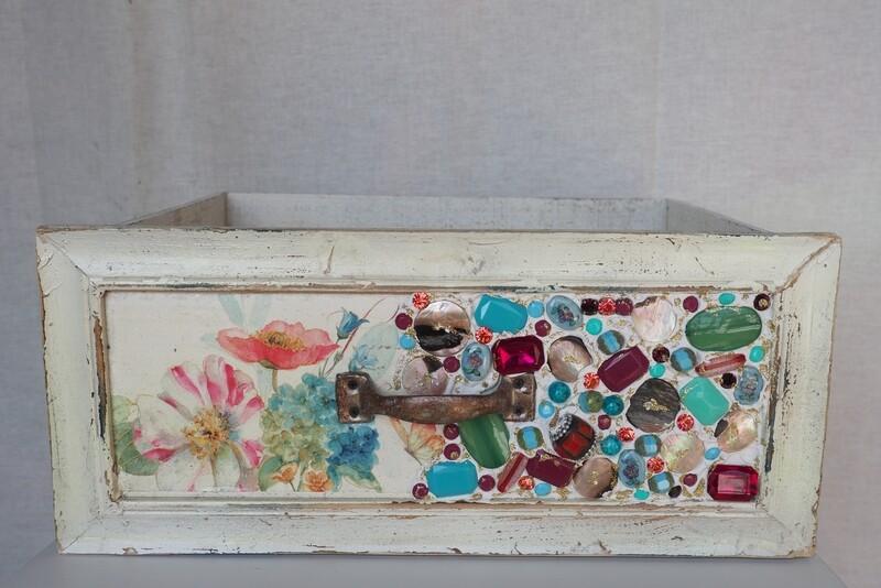 Schubladen kunstvoll geschmückt