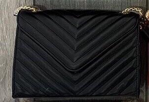 Tracolla matelassé diagonale nero con catena oro