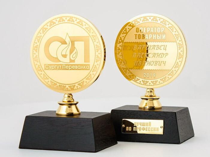 Медаль на деревянной подставке