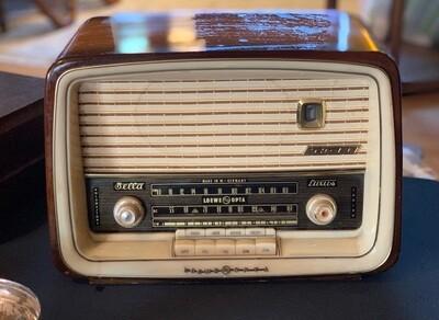 Vintage Loewe Opta Bella Luxus Tube Radio