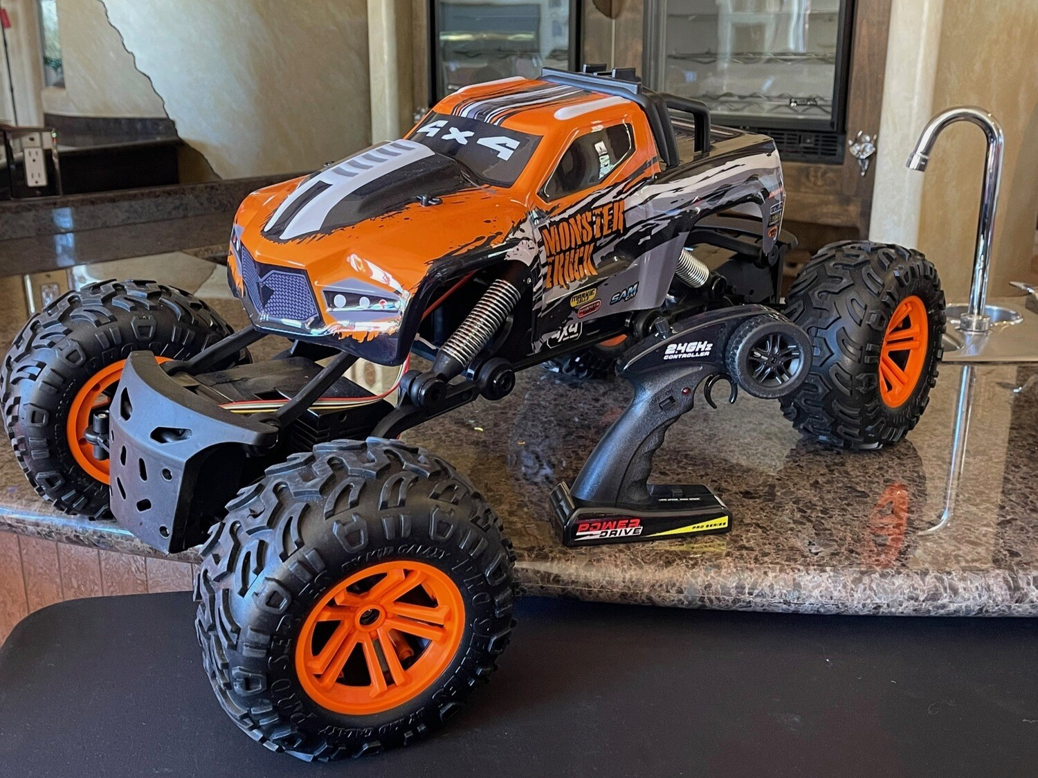 POWER DRIVE R/C 4-WHEEL DRIVE MONSTER TRUCK2.4GHZ,