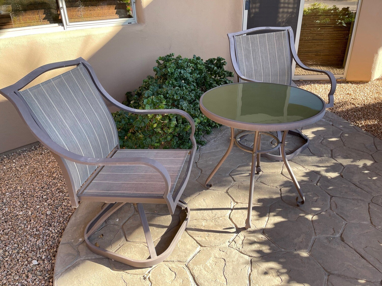 Outdoor patio table & 2 chairs table 27in diameter 28in tall