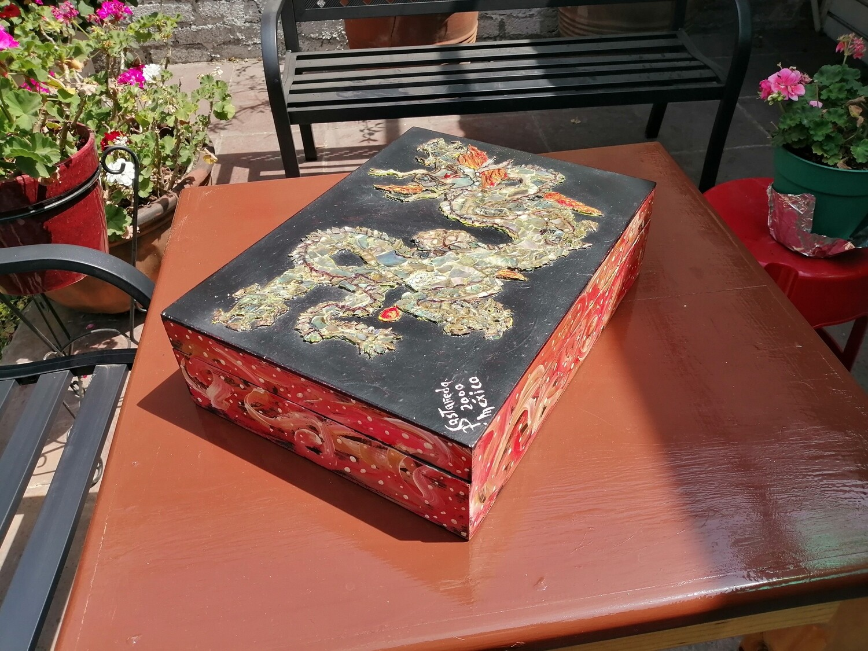 Alhajero con dragon hecho de abulon y madre perla.