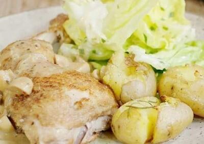 Kipfilet met gebakken patatjes, vers slaatje en champignonsaus / 1 persoon