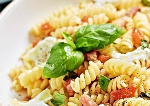 Pastasalade mozzarella en tomaat / 1 persoon