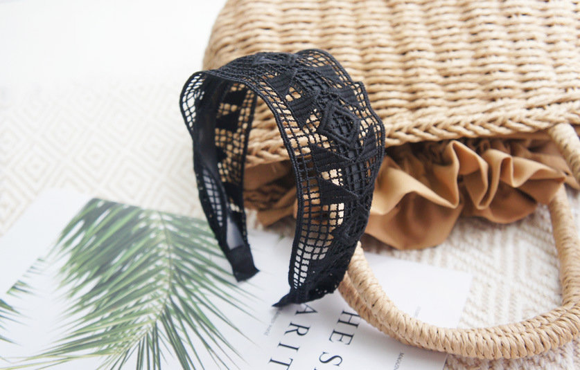 6cm-wide black lace patterend headband