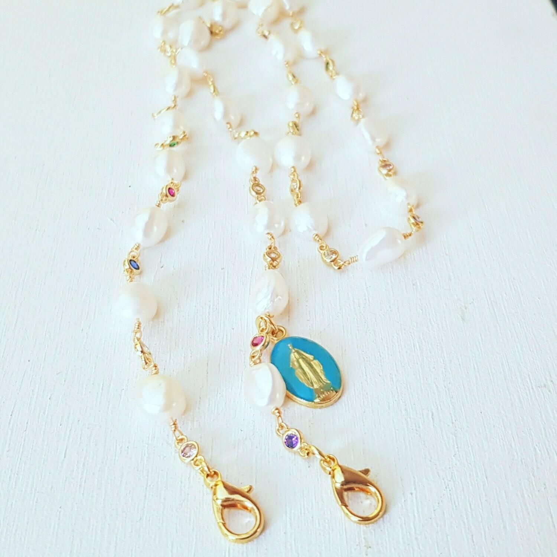 Cuelga-mascarillas perlas y Virgen azul