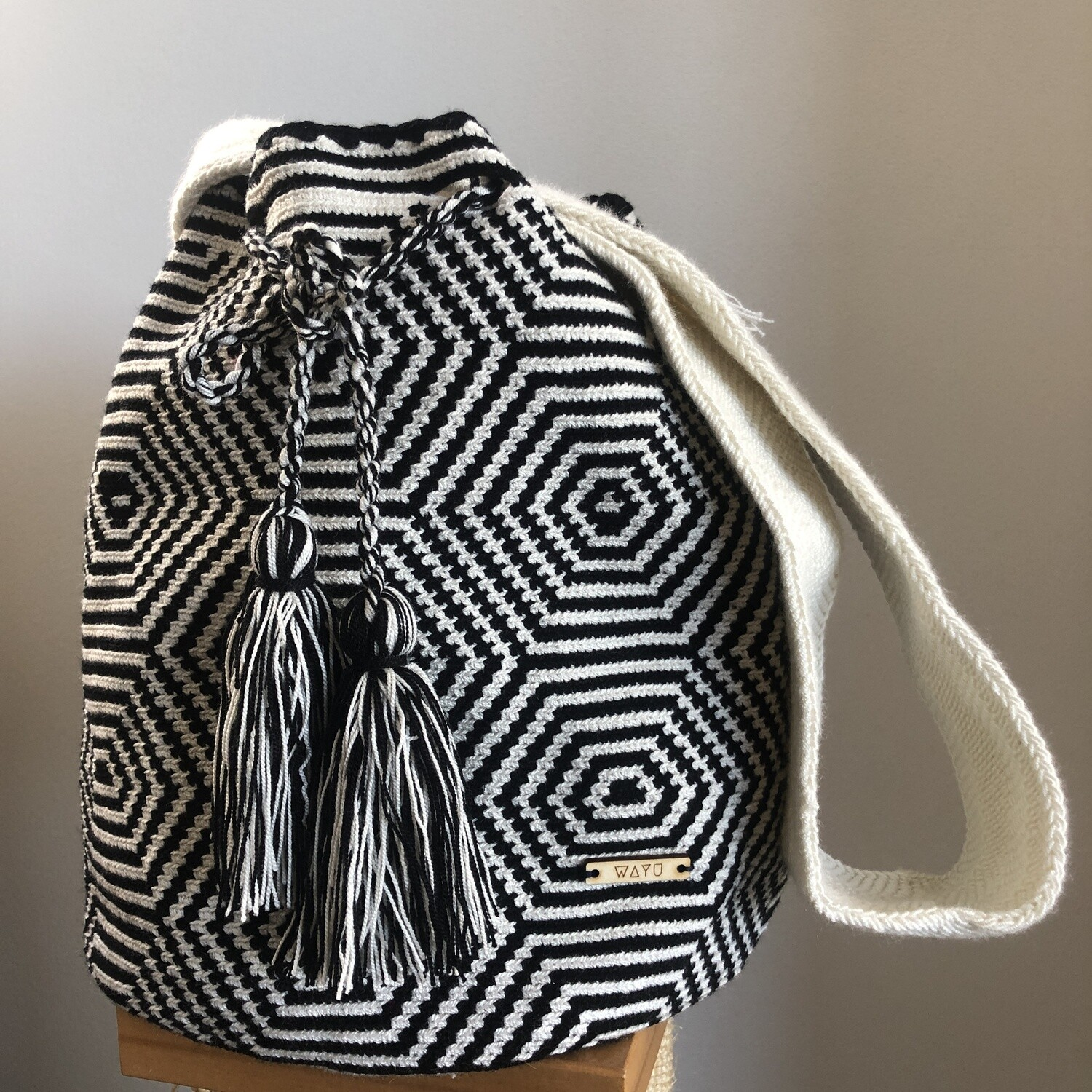 Black & white Wayuu bag