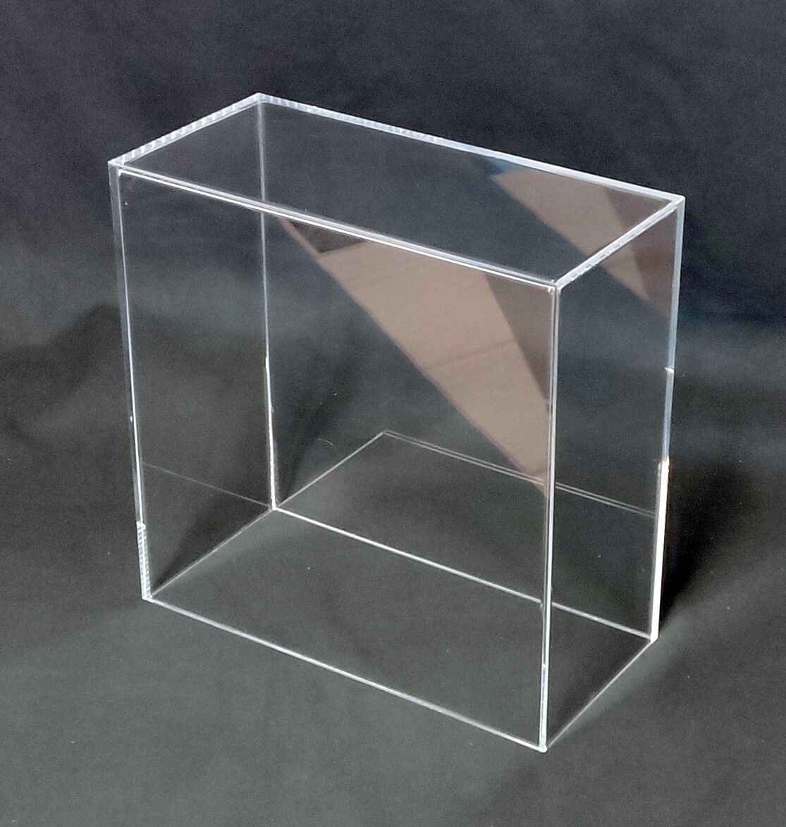 Teca - vetrinetta in plexiglass. Cm. 26,6 x 12,5 x H. 26,5