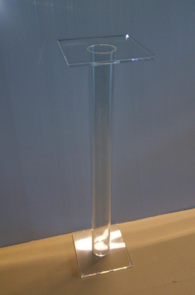 Piedistallo - tavolino - espositore in plexiglass trasparente. Cm. 30x30xH. 100