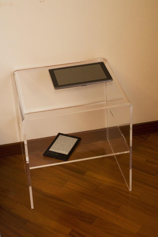 COPPIA di comodino in plexiglass trasparente. con ripiano centrale L. 40 x P. 35 x H. 50. Spess. mm. 10 -