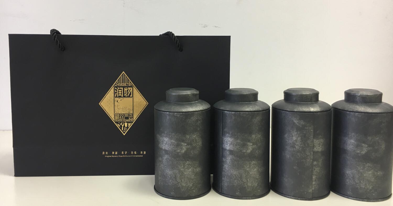 202091 Подарочный набор: сумка (картон)+4 банки (жесть), высота 13, диаметр 7. Цвет - черный винтаж