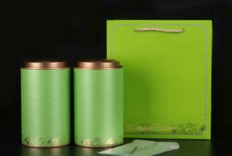 """269035 Подарочный набор """"Море чая"""", картон. 2 банки 12,5 см х 10 см + пакет с ручками. Цвет зеленый."""