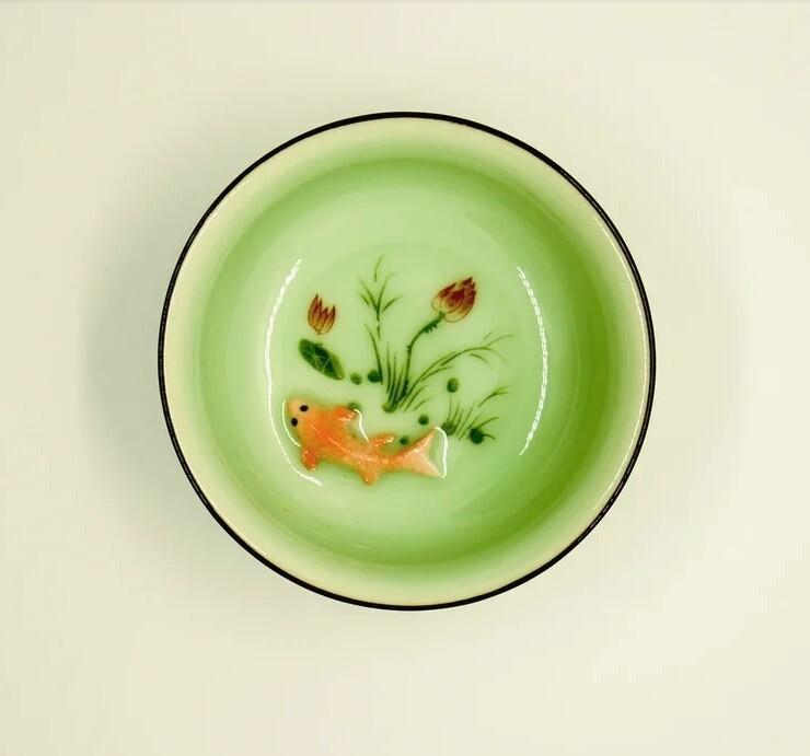 """268013 Пиала """"Рыбка в пруду 3D"""", 70 мл, цвет - зеленый, фарфор, d=8,2 см, h=2,2см."""