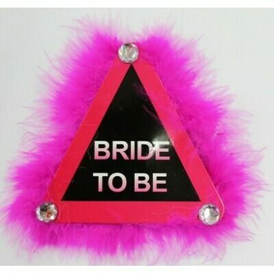 Σήμα BRIDE TO BE  τρίγωνο απαγορευτικό με πούπουλα φούξια και στρας 12cm x 12cm.