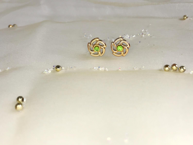 Πλαστικά σκουλαρίκια σε σχήμα λουλούδι με πράσινο στρας