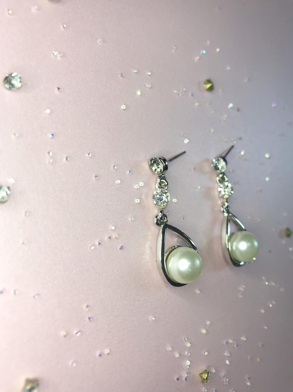 Κρεμαστά σκουλαρίκια με στρας και πέρλα