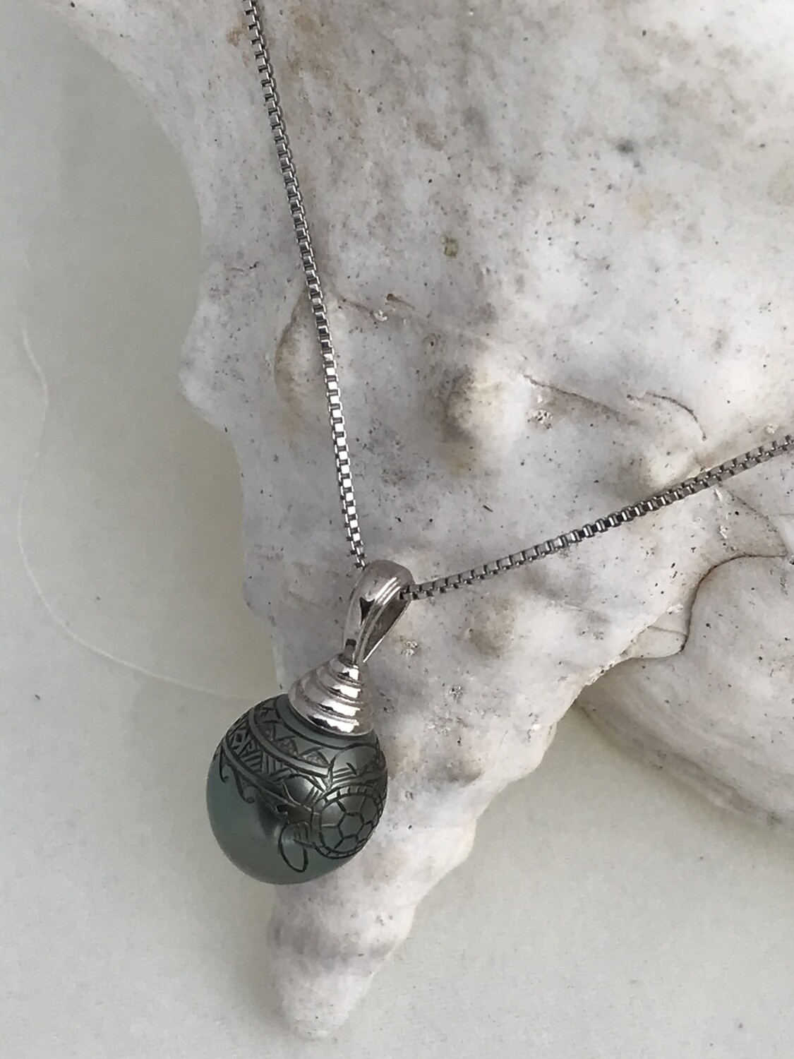 Motifs and turtle on pearl
