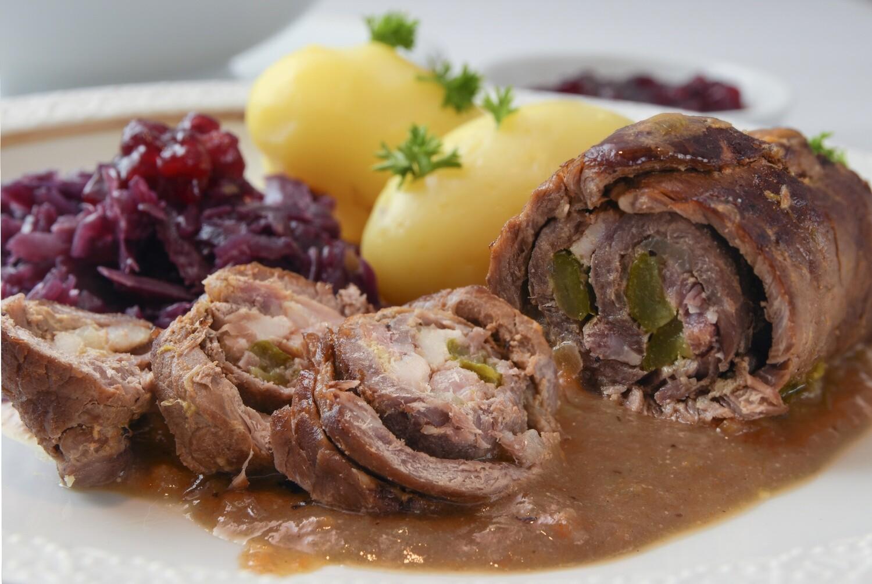 Rindsroulade mit Rotkraut und Kartoffelklöse