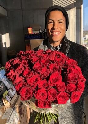 rote Rosen mit Gräsern