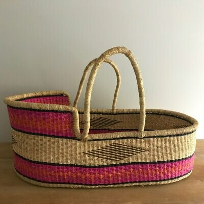 Olá Lindeza | Pop of pink woven baby moses basket