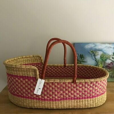 Olá Lindeza | Raspberry woven baby moses basket