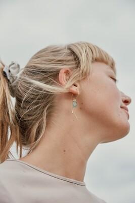 Isa & Roza | Golden hoop ear hangers with green stones