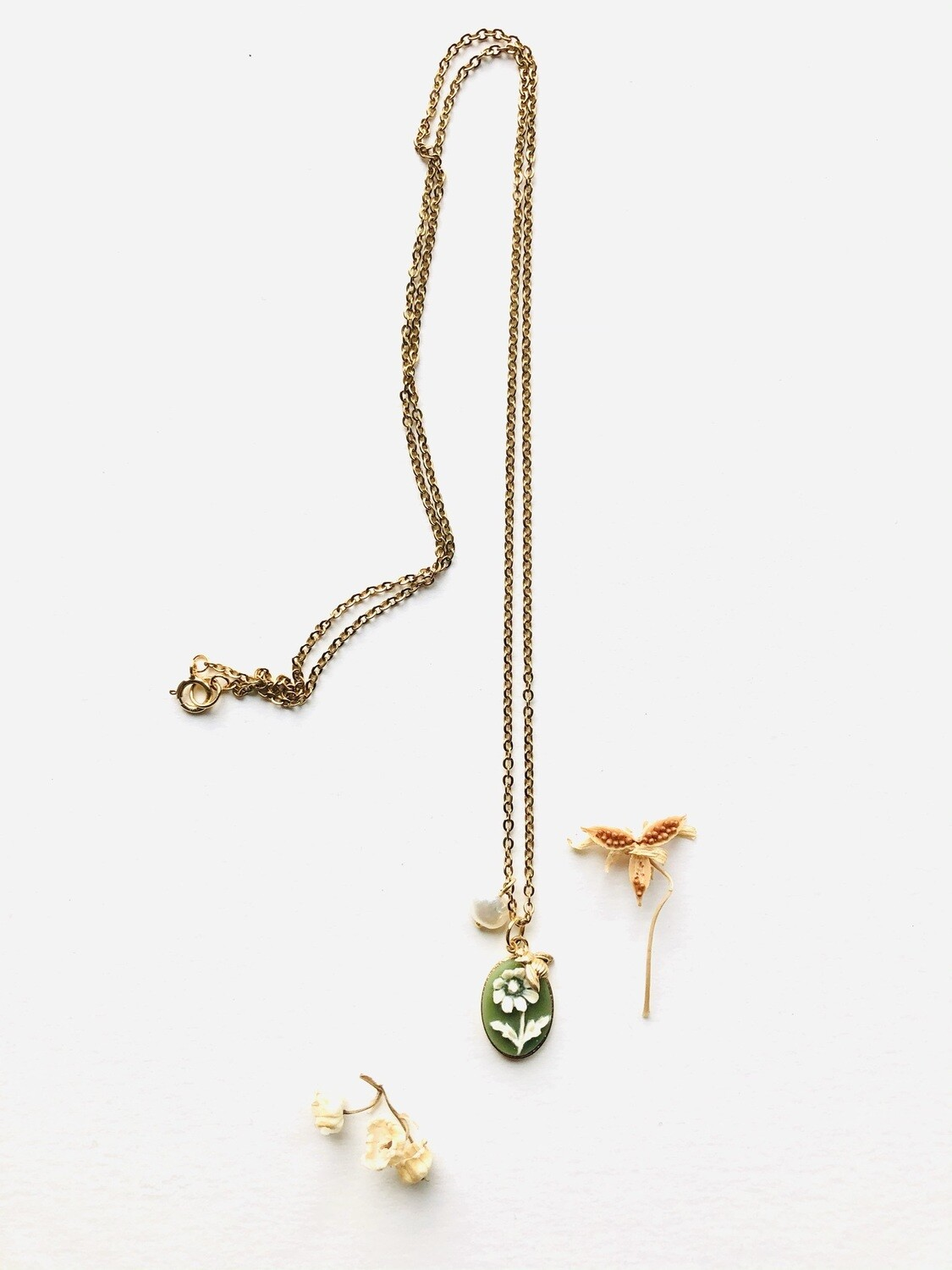 The  meadow green daisy necklace