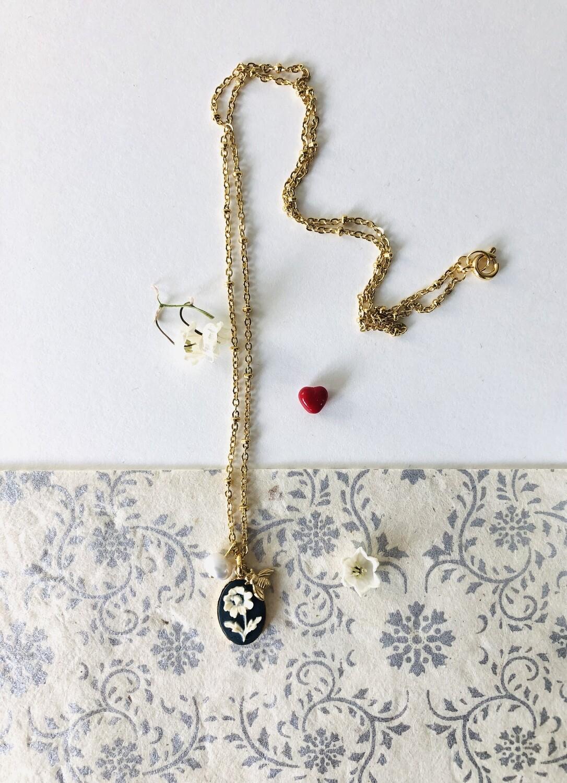 The black daisy necklace