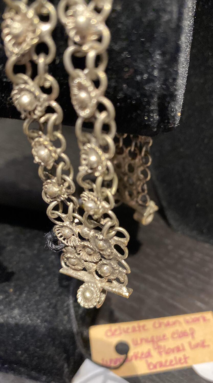 DK Delicate Vintage Floral Chain Bracelet. Unique Closure Bar.