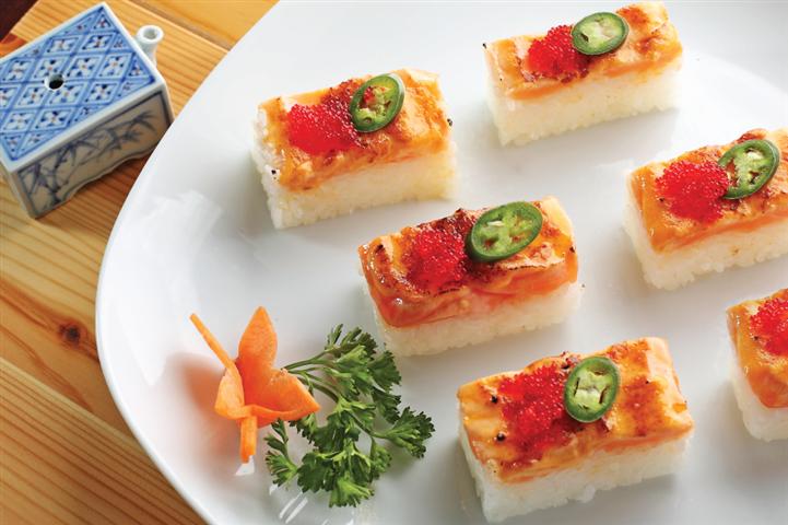 Salmon Oshi (6pcs)