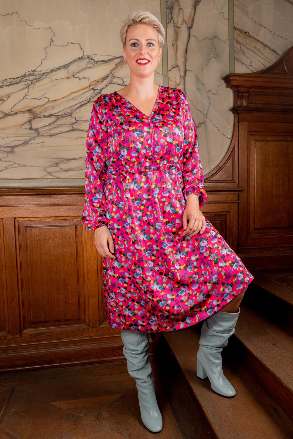 SVNTY roze damesjurk met gekleurde print