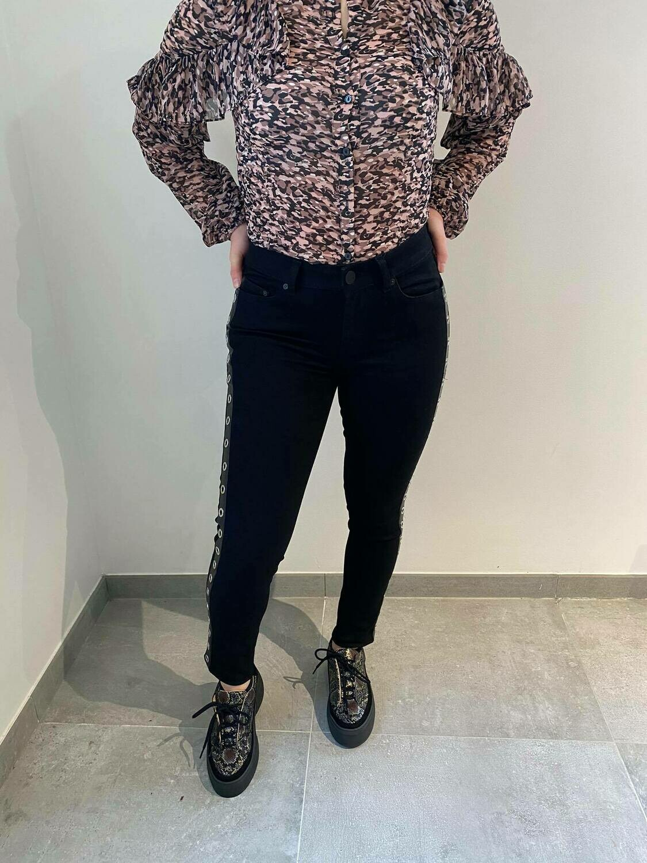 Nikkie Jeans 'Betty Eyelets' zwart met ringen