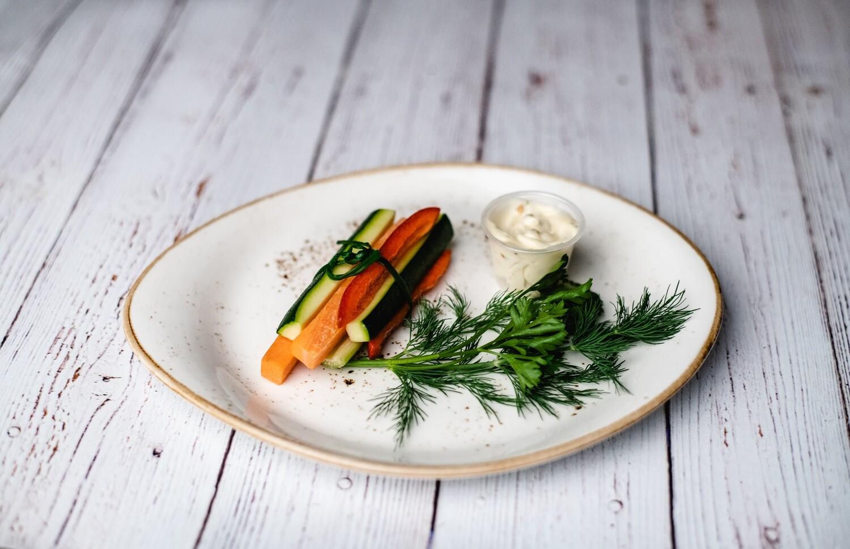 Bâtonnets de carottes, céleri, courgettes et poivrons avec trempette